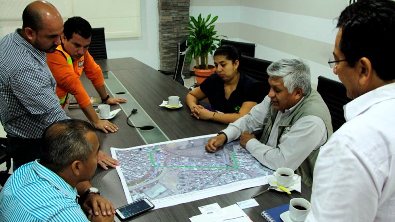 El alcalde de Manta y técnicos viales municipales y de Ecuador Estratégico, discuten cómo ha de ser el nuevo paso elevado frente a Inepaca. Manabí, Ecuador.