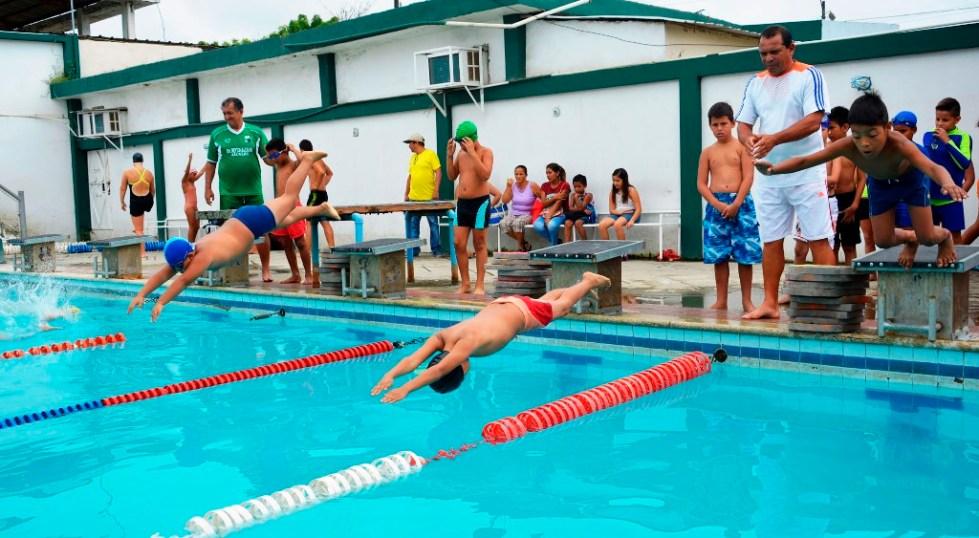 Niños aprendiendo a nadar en una piscina municipal de Chone. Manabí, Ecuador.
