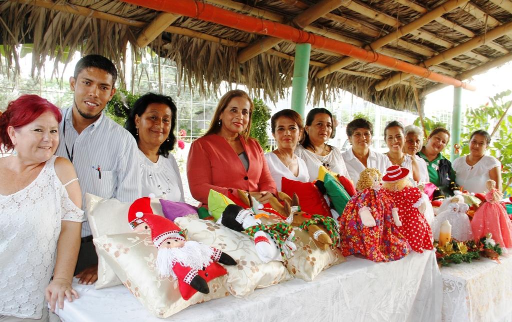 Muestran artesanías de un curso de manualidades desarrollado en el Barrio Miraflores de Calceta. Manabí, Ecuador.