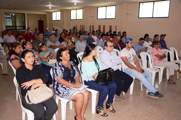 Público de Chone con el que se socializó las normas regulatorias para el funcionamiento de camaroneras alrededor del humedal La Segua. Manabí, Ecuador.