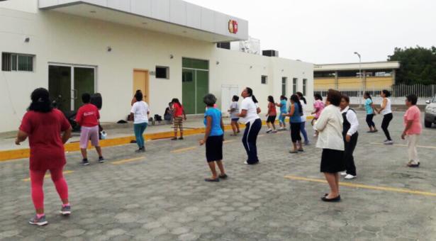 Una sesión de bailoterapia guiada por especialistas de un centro del Distrito de Salud 13D02. Manabí, Ecuador.