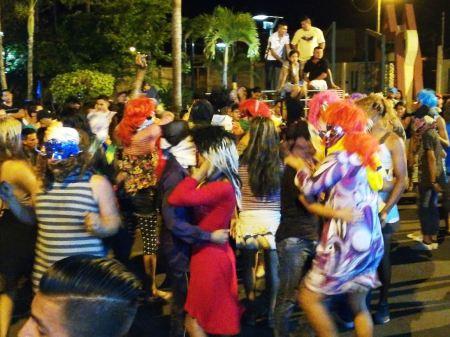 Celebrantes disfrazados en una ceremonia barrial de Bajada de Reyes en Santa Ana. Manabí, Ecuador.