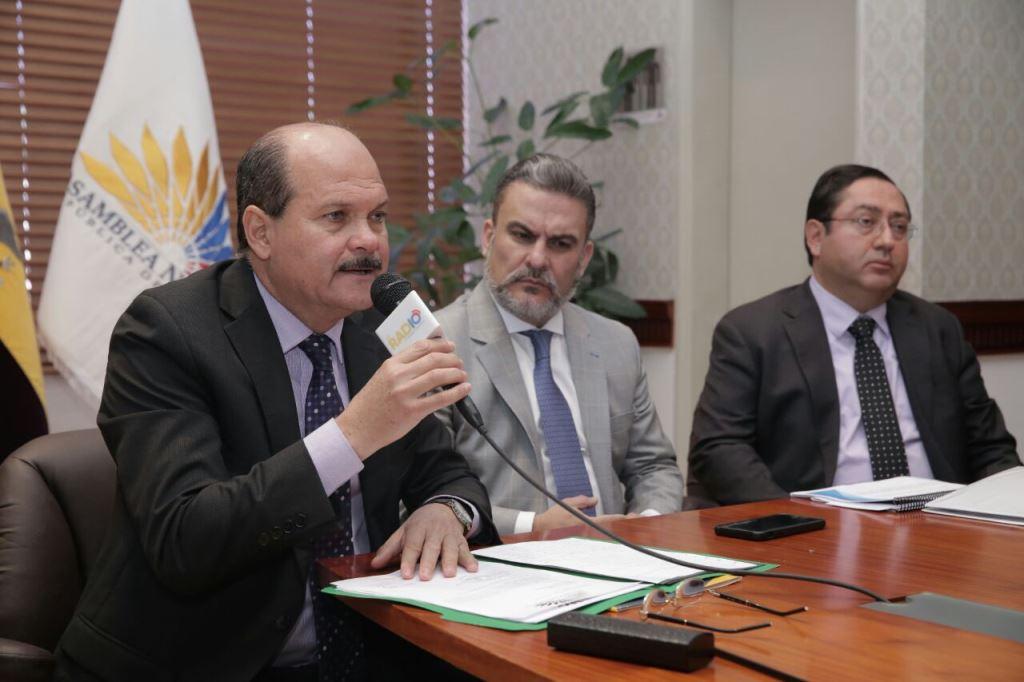 El ministro de Finanzas comparece ante las autoridades de la Asamblea Nacional del Ecuador, en Quito.