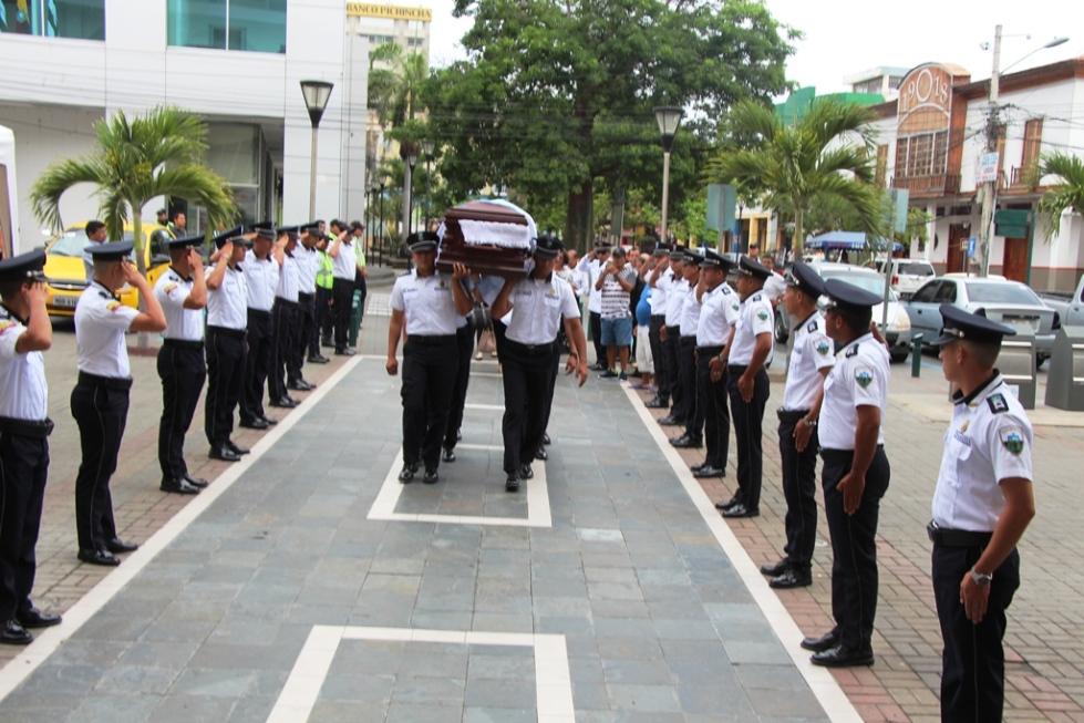 Agentes municipales de tránsito de Manta forman una Calle de Honor al paso del ferétro con el cuerpo inerte del exalcalde Onofre DeGenna Arteaga. Manabí, Ecuador.