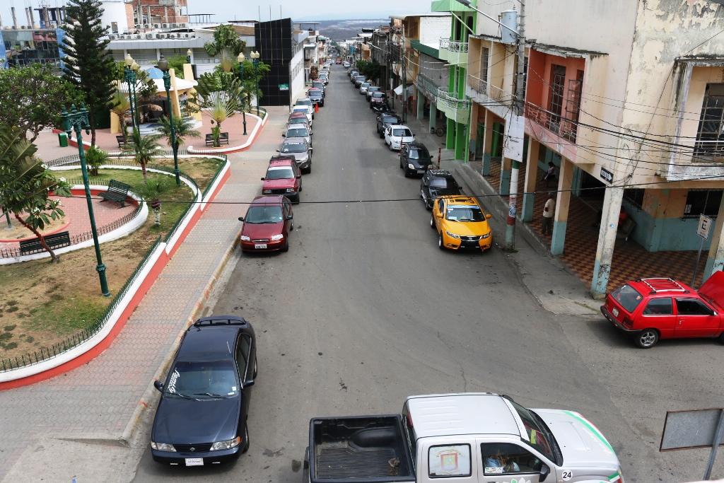 La calle que une la Vía Manta-Montecristi y la Basílica Menor de la Virgen de Monserrate. Manabí, Ecuador.