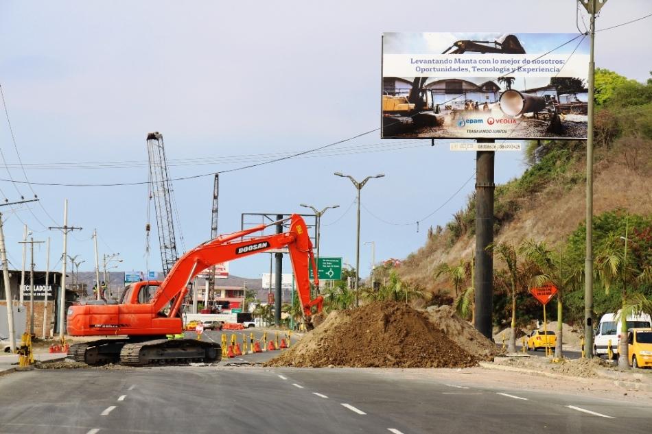 Excavan suelo de Avenida de la Cultura, Manta, donde reubicarán una alcantarilla sanitaria. Manabí, Ecuador.