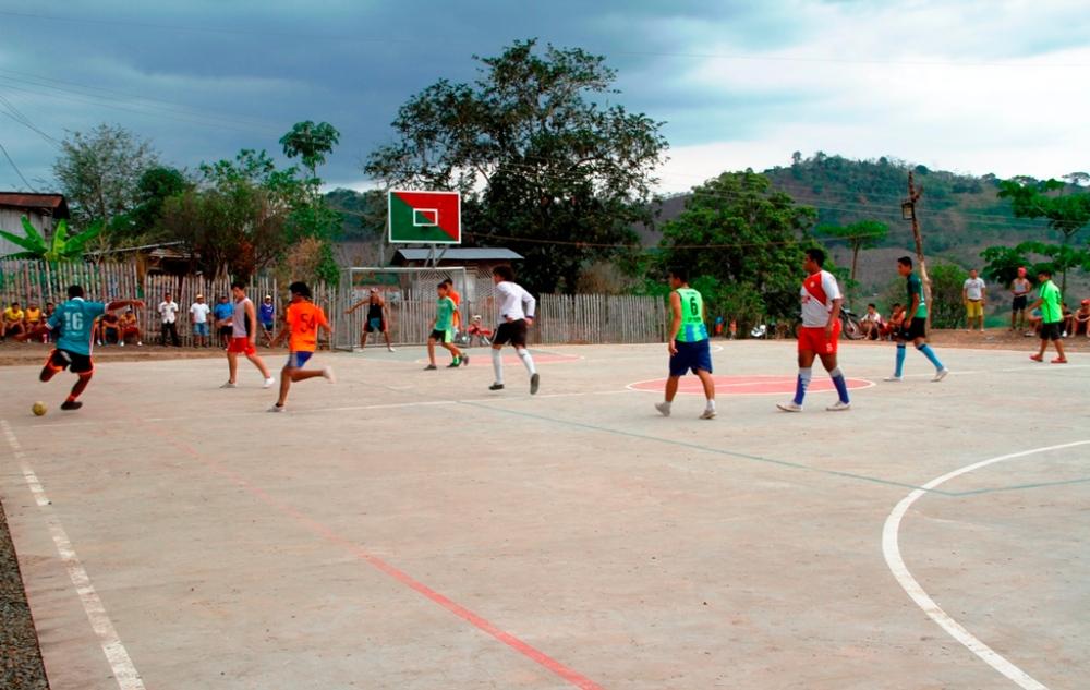 Juego de indorfútbol con el que se inauguró la cancha de uso múltiple del sitio Corcovado, Cantón Bolívar. Manabí, Ecuador.