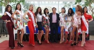 Las candidatas a reina del carnaval 2018 de Manta y el alcalde del cantón.