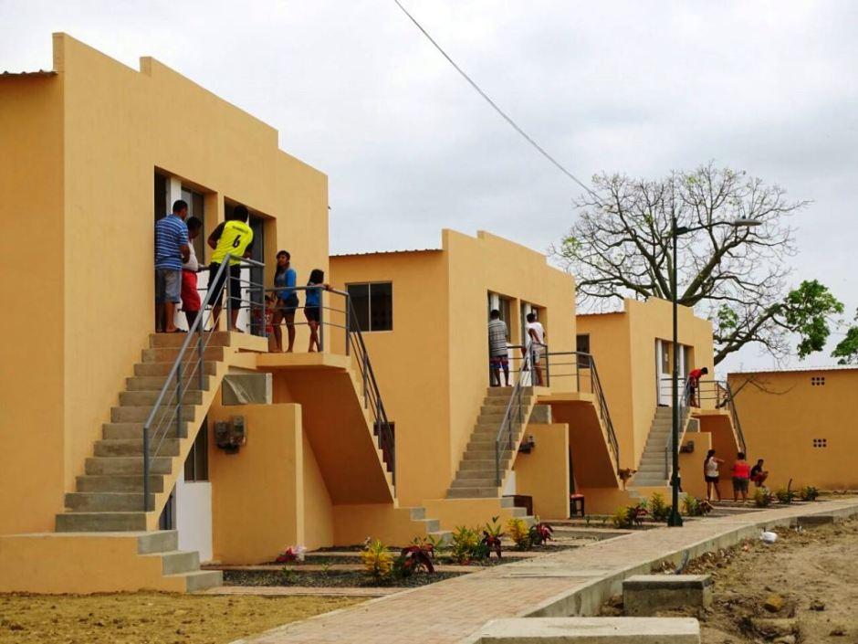 Damnificados por el terremoto de 2016 toman posesión de sus nuevas viviendas en la Urbanización Nuevo Jaramijó, del MIDUVI. Manabí, Ecuador.