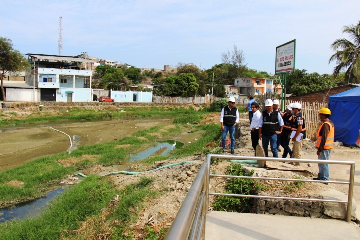 Agua servida derramada en el cauce seco del Río Manta. Manabí, Ecuador.
