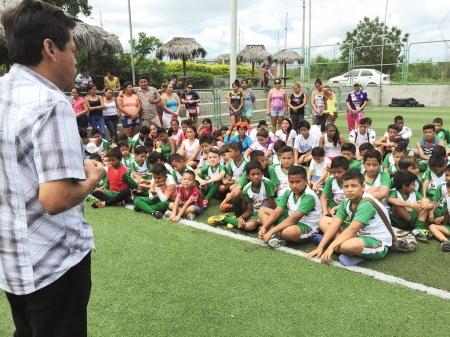 Niños de Montecristi asisten a una clase teórica de fútbol. Manabí, Ecuador.