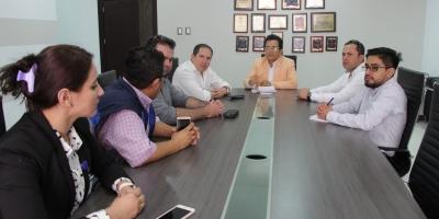 El alcalde de Manta dialoga en su despacho con representantes de CNEL y PRIZA. Manabí, Ecuador.