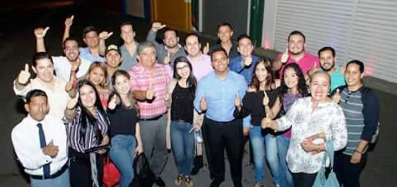 Los líderes del Movimiento Político Sí Podemos posan en Manta con jóvenes adherentes. Manabí, Ecuador.