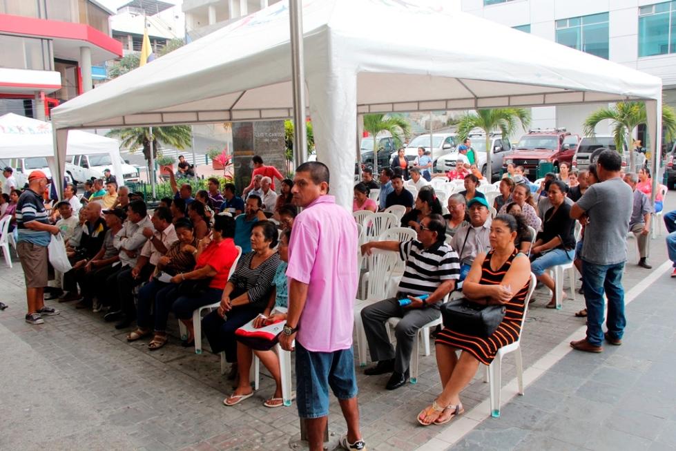 Contribuyentes municipales de Manta esperan pacientes el turno para pagar el impuesto predial de 2018. Manabí, Ecuador.