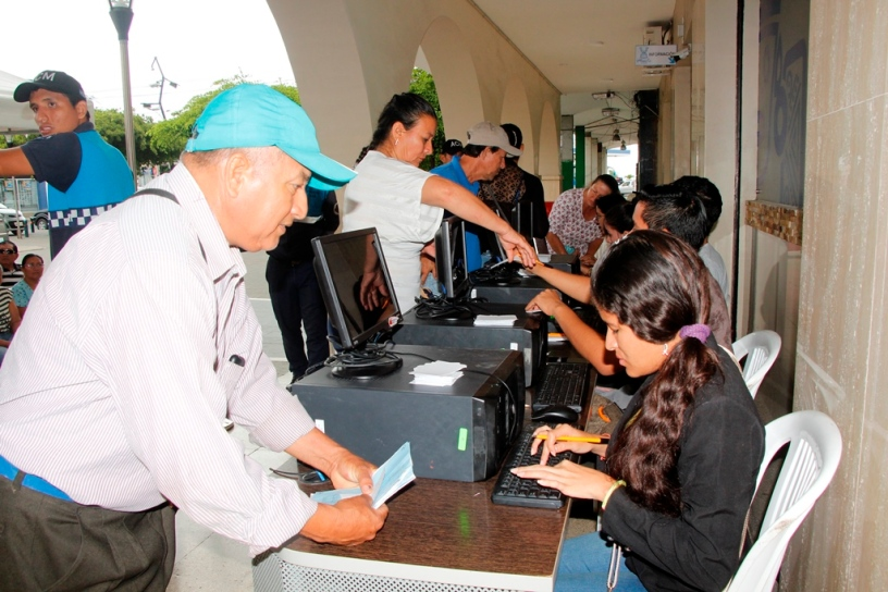 Recaudación del impuesto predial en el soportal del Palacio Municipal de Manta. Manabí, Ecuador.