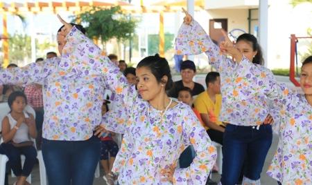 Estudiantes de baile en el Patronato municipal de Manta, hacen una demostración pública. Manabí, Ecuador.