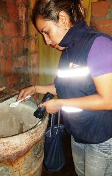 Echa larvicida Abate en el agua contenida en un recipiente casero.
