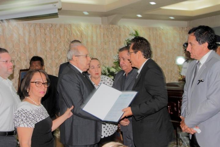 Entregan Acuerdo municipal de reconocimiento a los familiares del exalcalde Onofre DeGenna fallecido el día 4 de enero de 2018. Manabí, Ecuador.