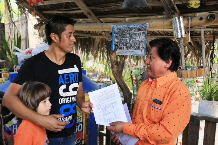 Entrega-recepción de un equipo de riego por goteo facilitado por el Municipio de Manta a un cultivador de huerto urbano ecológico. Manabí, Ecuador.