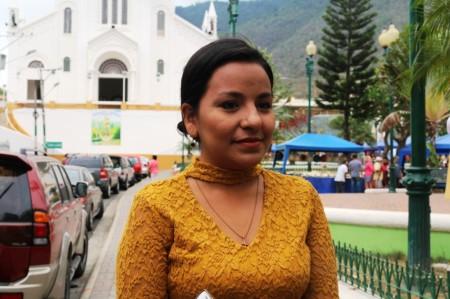 Estefanía Reyna, representante de Traffic Wireless, la empresa a cargo del servicio de parqueo tarifado en Montecristi. Manabí, Ecuador.