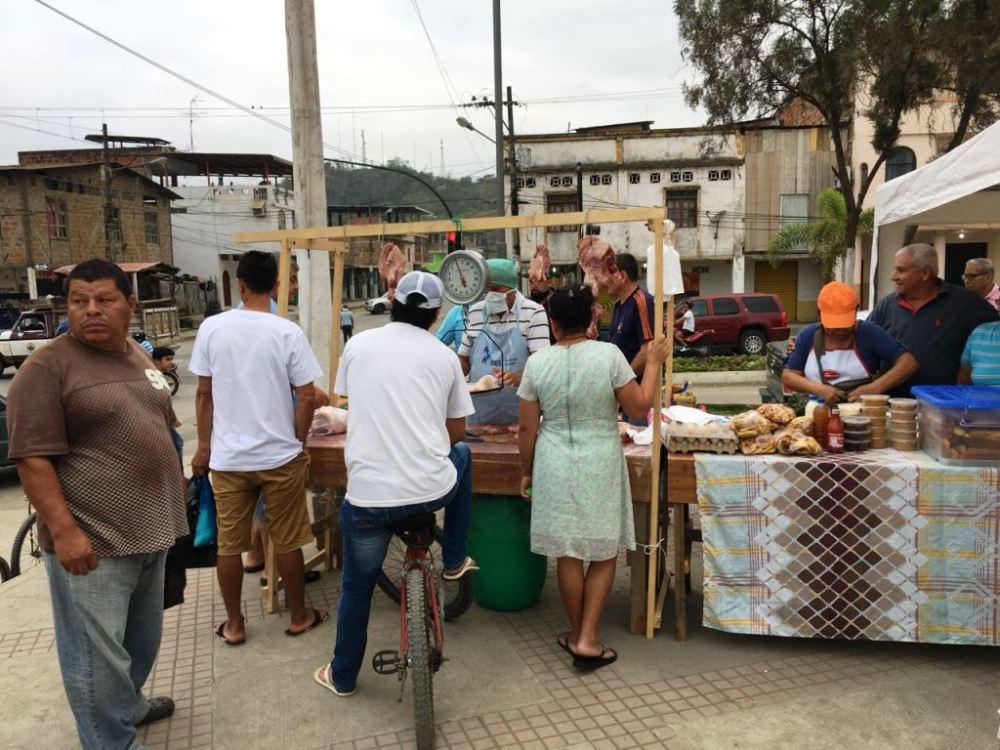 Compradores en un stand de una feria de productos agrícolas en la Plazoleta Elio Santos Macay de Chone. Manabí, Ecuador.