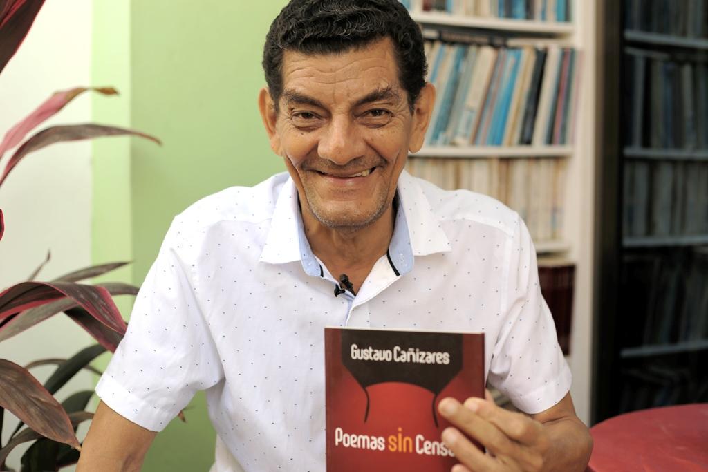 El poeta Gustavo Cañizares muestra una de sus últimas obras, en Manta. Manabí, Ecuador.