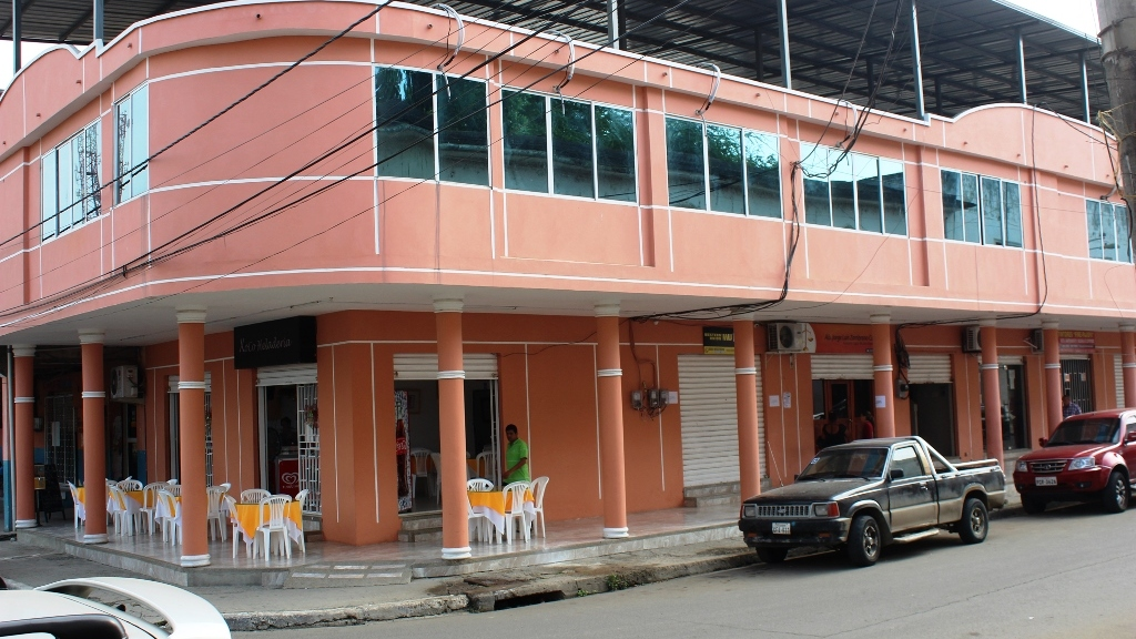 Edificio donde funciona el Registro Mercantil y de la Propiedad, en Chone. Manabí, Ecuador.