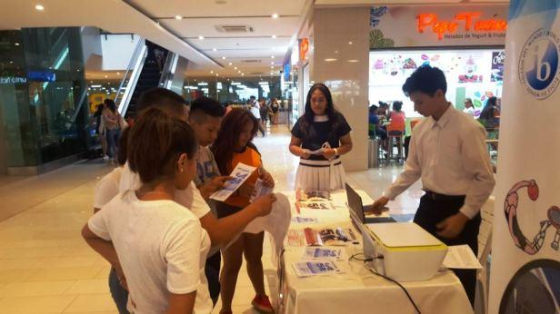 Mesa de información de la Unidad Educativa Particular Stella Maris (Manta), en un pasillo del Mall del Pacífico. Manabí, Ecuador.