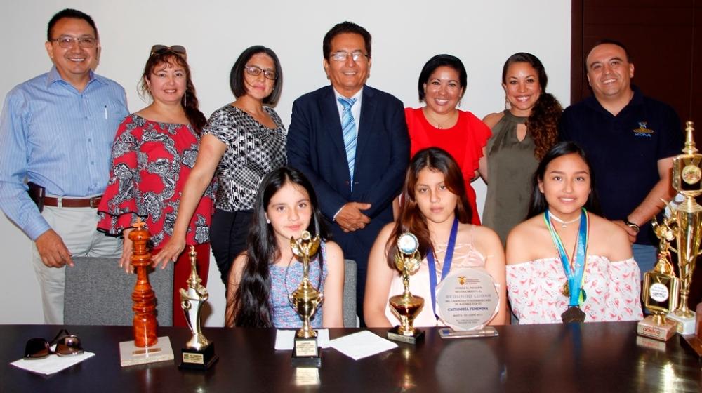 Tres niñas ajedrecistas de Manta, competidoras internacionales, en la Alcaldía de Manta junto a sus familiares más cercanos y al alcalde. Manabí, Ecuador.