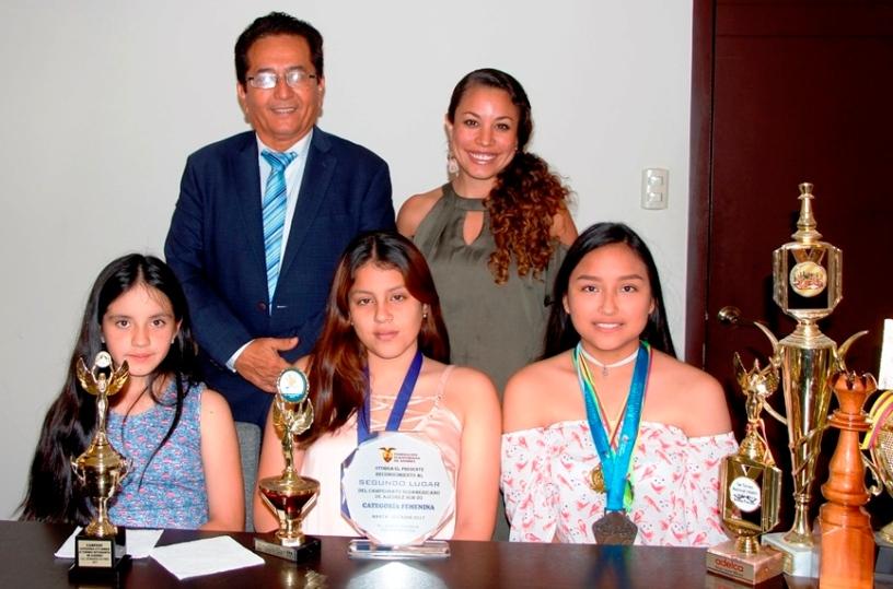 Amelí Artieda Berrú, Saydé Iza Mendoza y Fanny Núñez Giler, niñas de Manta sobresalientes en el ajedrez. Manabí, Ecuador.