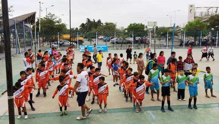 Equipos de fútbol conformados por niños aprendices en la ciudad de Manta. Manabí, Ecuador.
