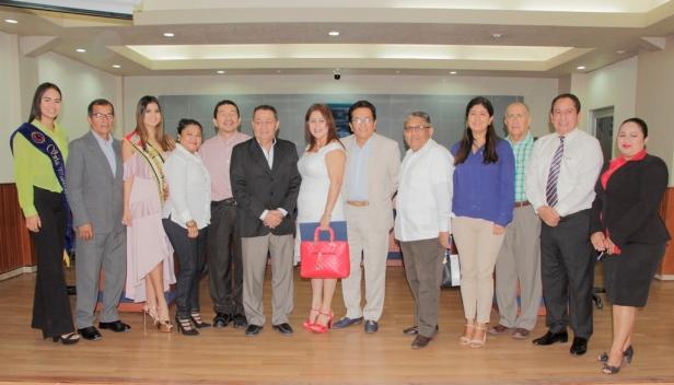 Alcalde y algunos concejales de Manta, con dos reinas cantonales y varios periodistas locales, reunidos en el Salón de la Ciudad con motivo del Día del Periodista Ecuatoriano. Manta, Manabí.