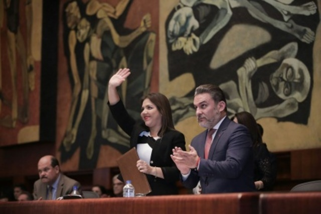 La vicepresidenta de la República, María Alejandra Vicuña Muñoz, saluda en la sala plenaria de la Asamblea Nacional del Ecuador, inmediatamente después de haber sido electa. Quito, Ecuador.