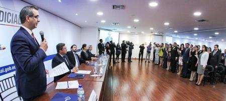 El presidente del Consejo Nacional de la Judicatura posesiona en Quito a los 40 nuevos jueces de primer nivel que servirán repartidos en 15 provincias. Quito, Ecuador.