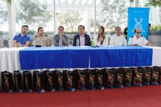 El alcalde de Manta (centro) y ,las otras autoridades cantonales que comparecieron ante los periodistas para presentar la Agenda 2018 del carnaval.