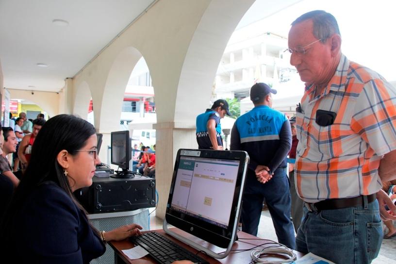 Personal de recaudación de impuestos, en el soportal del Palacio Municipal de Manta. Manabí, Ecuador.