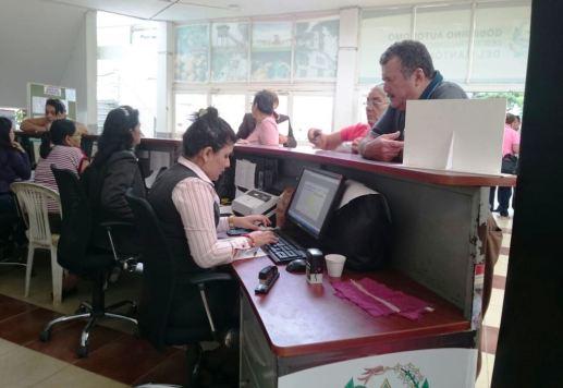 Funcionarios municipales de Chone, en la oficina encargada de esa gestión.