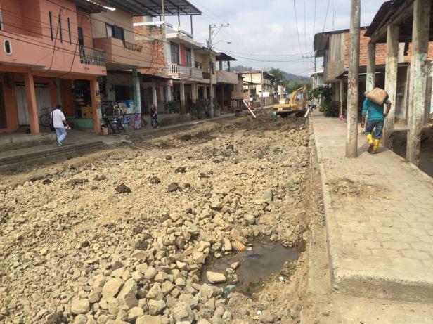 Reconstruyen piso de Calle Horacio Hidrovo Velásquez en Santa Ana. Manabí, Ecuador.