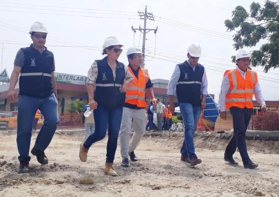 El alcalde Jorge Zambrano (centro) y el concejal Johnny Mera (extremo derecho) inspección la regeneración de la Avenida 4 de Noviembre. Van acompañados por funcionarios de la compañía constructora. Manabí, Ecuador.