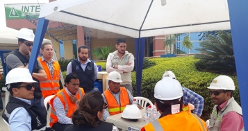 Los dos mandatarios municipales cruzan opiniones con los responsables de la construcción.