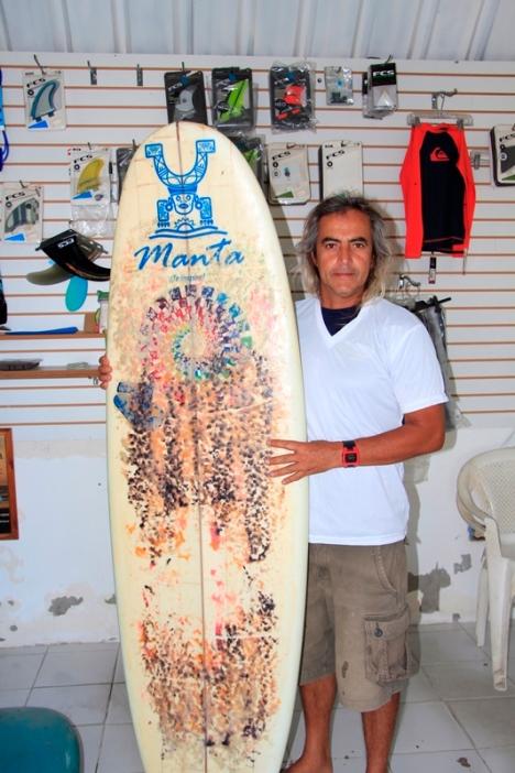 Con una tabla de surf de su propia factura.
