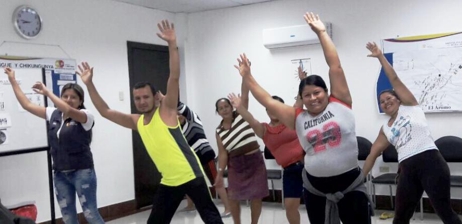 Haciendo ejercicios físicos con la guía de expertos de un centro de salud de Manta. Manabí, Ecuador.