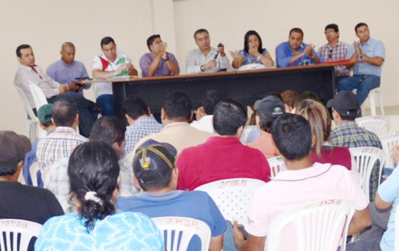 Autoridades ambientales de Manabí y de Chone socializan las normas que regulan el funcionamiento de camaroneras alrededor del humedal La Segua. Manabí, Ecuador.