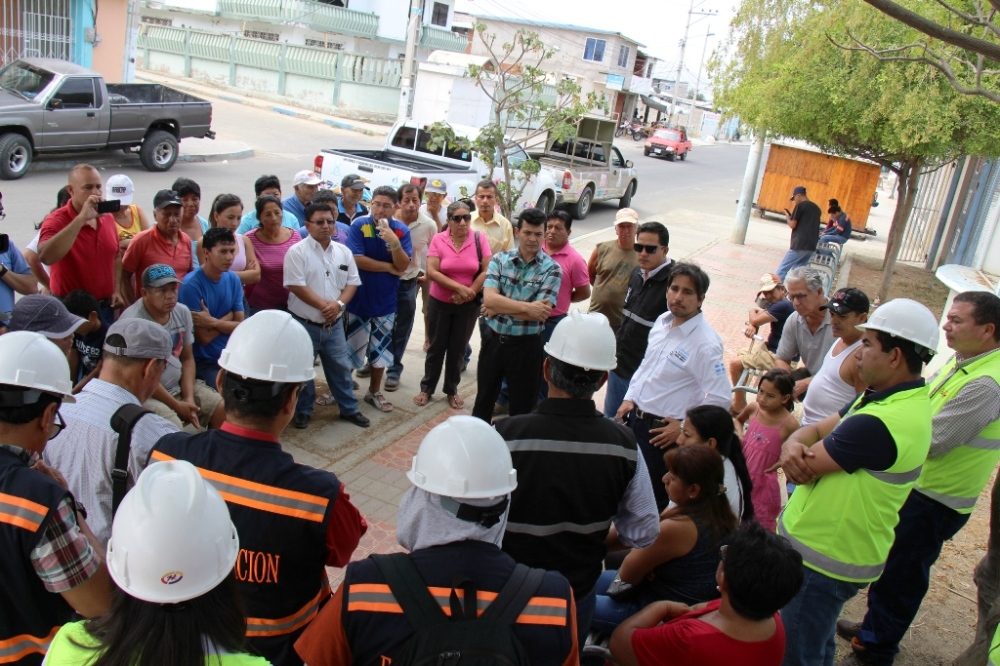 José Espinoza, gerente de la EPAM, socializa la reparación de un tramo de alcantarilla tendido paralelo al cauce derecho del Río Manta. Manabí, Ecuador.