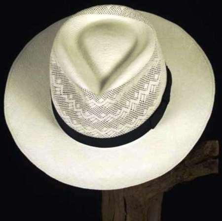 Sombrero fino de paja toquilla, confeccionado por artesanos del Cantón Montecristi. Manabí, Ecuador.