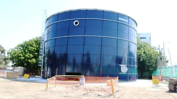La conexión de este gran tanque a la red de distribución de agua potable de Manta obliga a la suspensión temporal del servicio. Manabí, Ecuador.