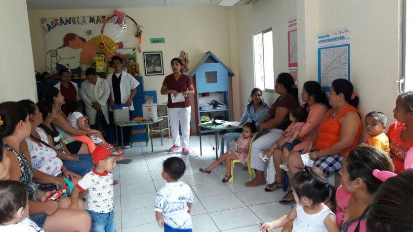 Paramédicos instruyen al público para prevenir enfermarse con gripe o para tratarla. Manabí, Ecuador.