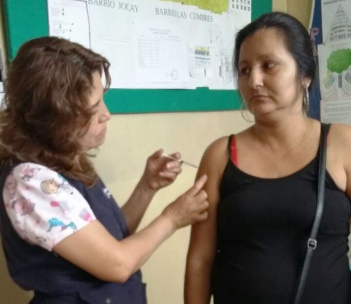Una servidora pública de la salud vacuna contra la influenza a una paciente de Manta. Manabí, Ecuador.
