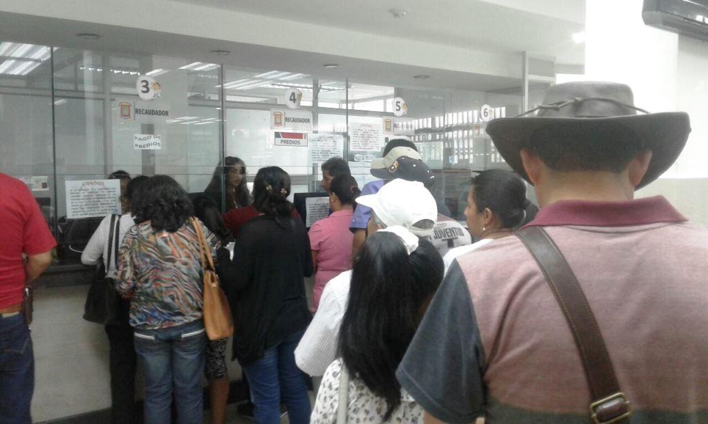 Contribuyentes del Municipio de Montecristi hacen fila en las ventanillas de recaudación de impuestos prediales. Manabí, Ecuador.