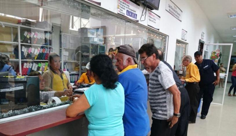 Contribuyentes municipales de Chone, pagando el impuesto predial de 2018. Manabí, Ecuador.